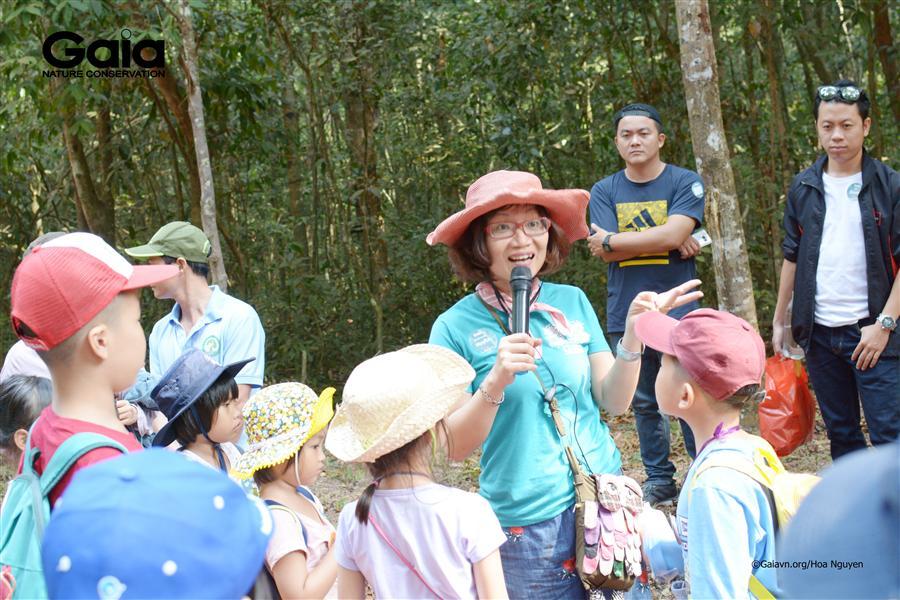 Bà Đỗ Thị Thanh Huyền – Nhà sáng lập&Giám đốc Trung tâm Bảo tồn Thiên nhiên Gaia diễn giải thiên nhiên.