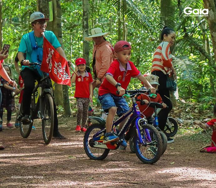 Hào hứng tham gia cuộc đua xe đạp rừng nhiệt đới.