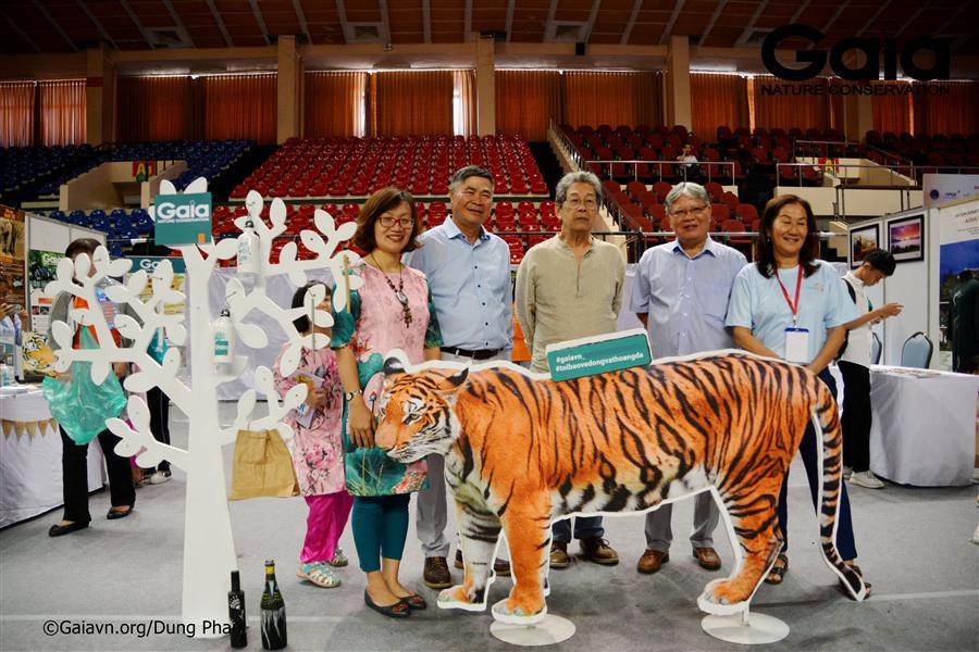 Chụp ảnh với mô hình Hổ Đồng Dương.