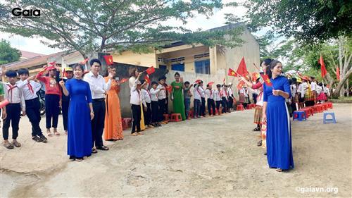 Học sinh Trường PTDTBT - Tiểu học Vừ A Dính chào đón đoàn đại biểu.