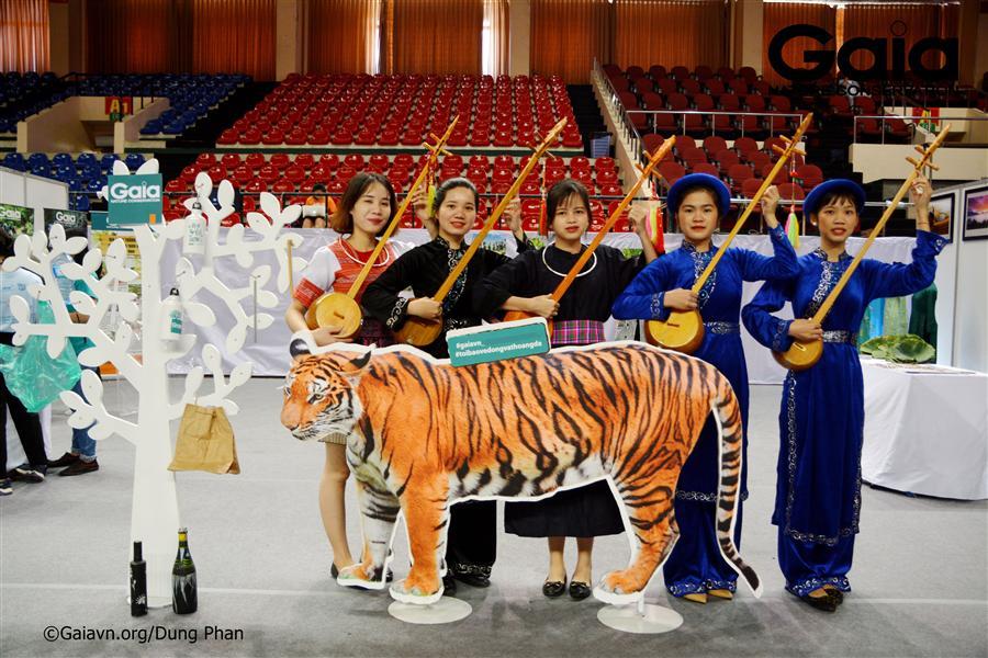 Chụp ảnh với mô hình Hổ Đông Dương cam kết bảo vệ động vật hoang dã.