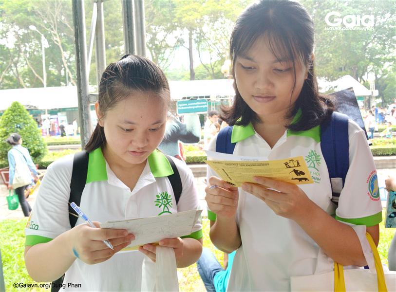 Du khách tìm hiểu hoạt động giáo dục bảo tồn.