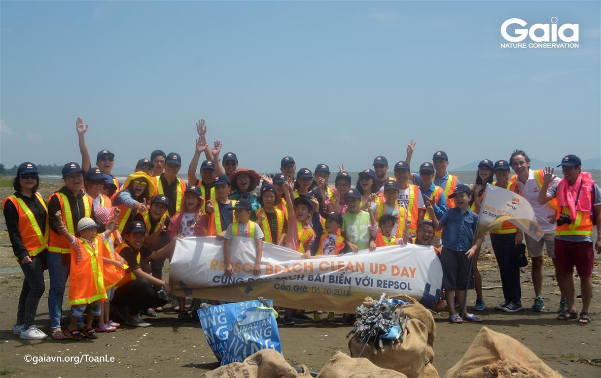 Cán bộ và gia đình Công ty REPSOL dọn sạch bãi biển