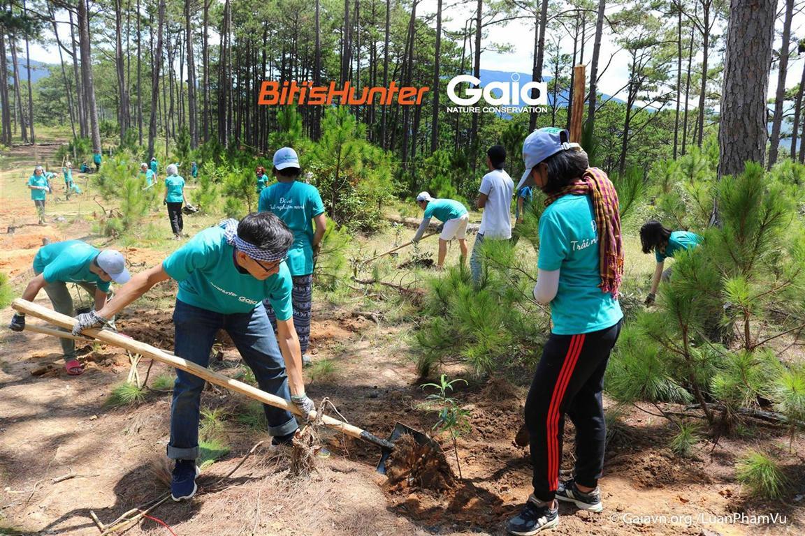 Trại sinh hào hứng trồng gần 120 cây thuộc 9 loài thực vật rừng tại Vườn Quốc gia Bidoup Núi Bà