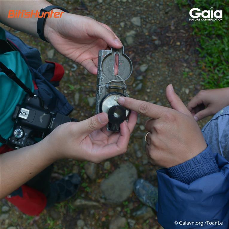 Học cách sử dụng thiết bị đi rừng như máy định vị, la bàn, ống nhòm…
