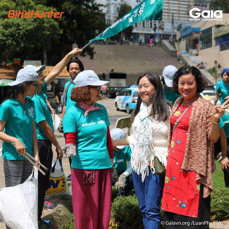 Trò chuyện với du khách tham quan Đà Lạt về việc xả rác và du lịch xanh.