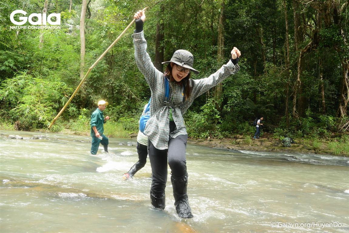 Hào hứng vượt suối Đắc Ca giữa rừng Bù Gia Mập