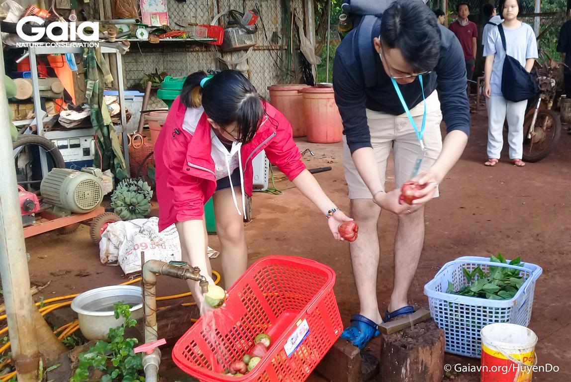 Chuẩn bị thức ăn cho động vật hoang dã tại Khu Cứu hộ