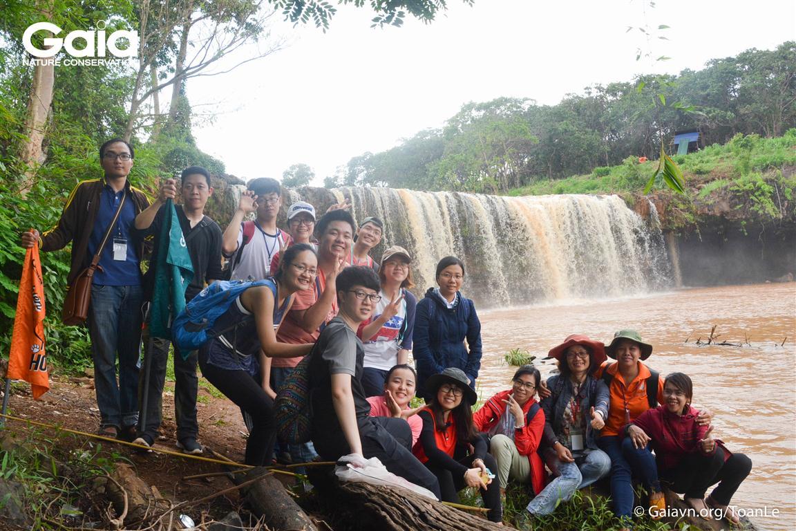 Chụp ảnh tập thể tại thác Đắc Mai