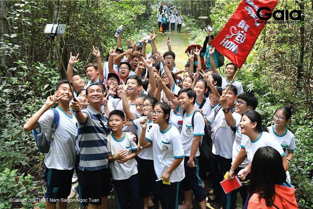 Học sinh lớp 7B chụp ảnh lưu niệm với thầy giáo