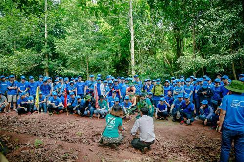 Chăm chú nghe hướng dẫn  cách trồng rừng.