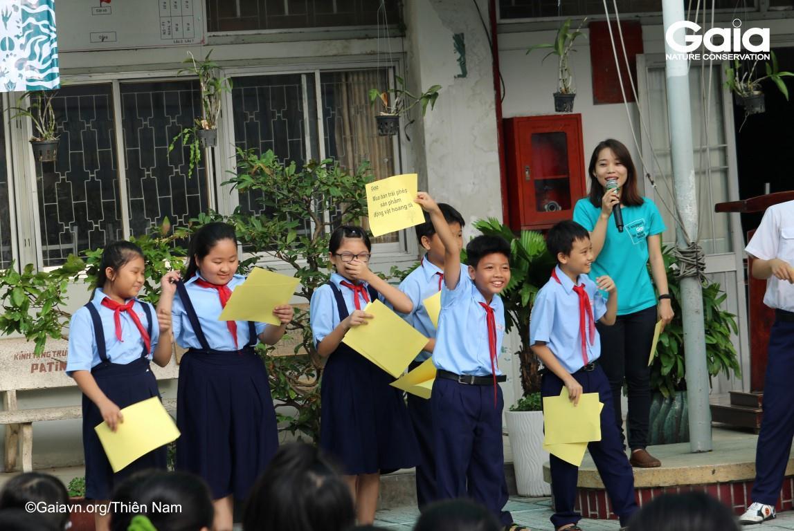 Học sinh hào hứng tham gia trò chơi tìm hiểu về buôn bán động vật hoang dã