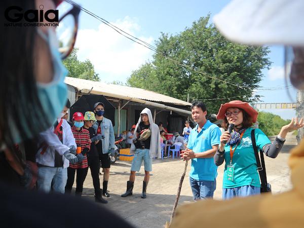 Giám đốc Gaia hướng dẫn mọi người trồng rừng