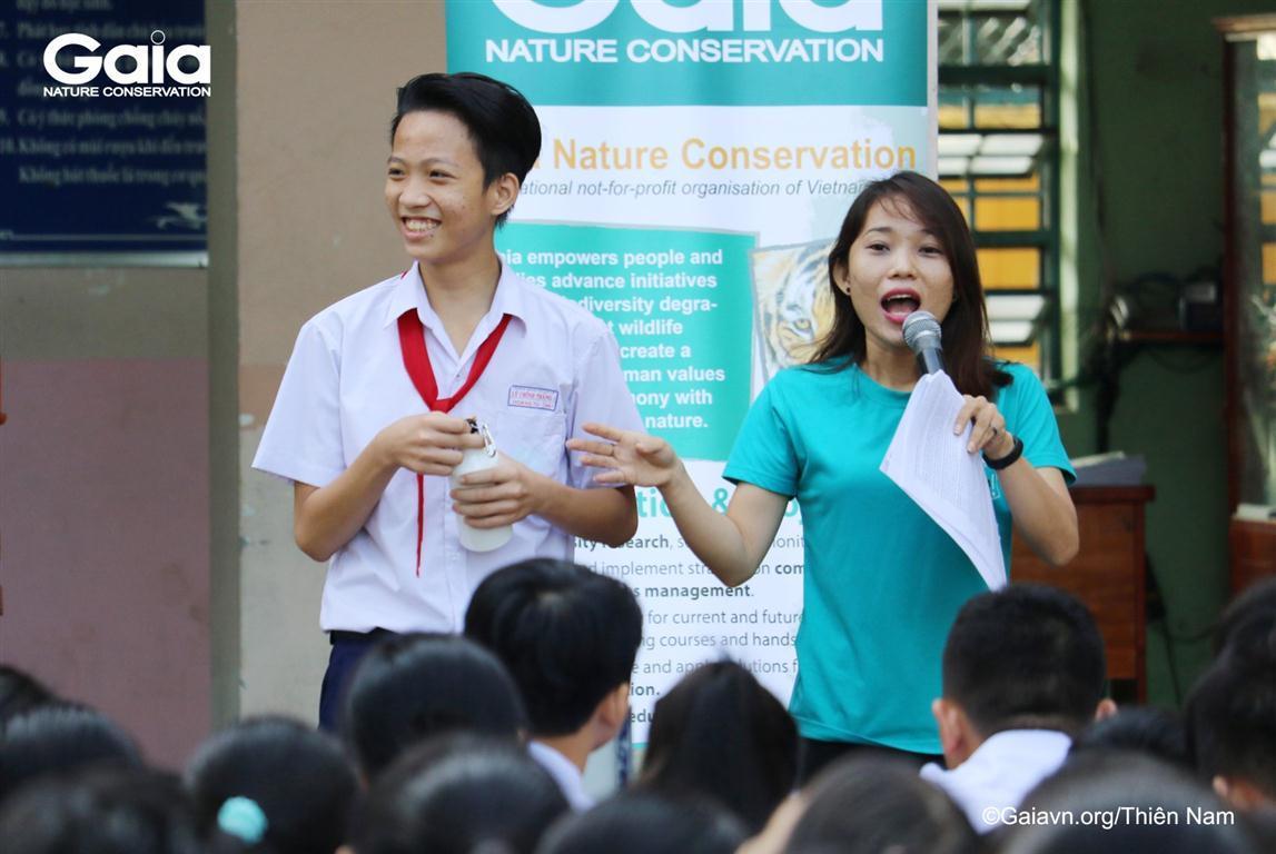 Học sinh thích thú nhận quà tặng đặc biệt của chương trình