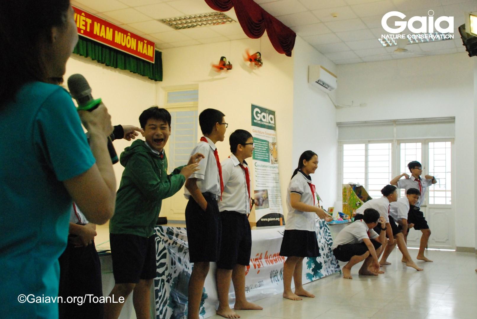 Học sinh trổ tài biểu diễn động vật hoang dã