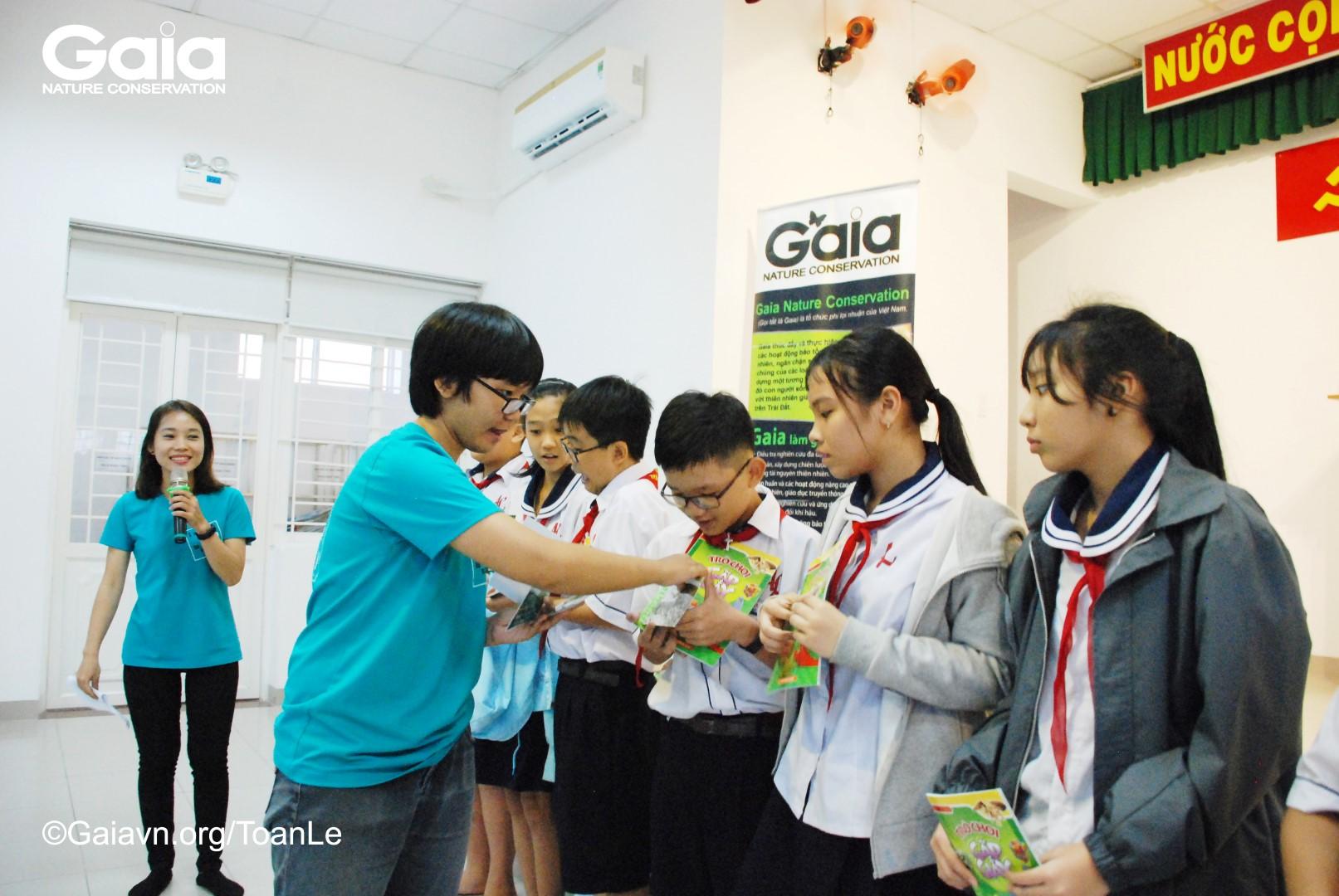 Tặng quà học sinh xuất sắc