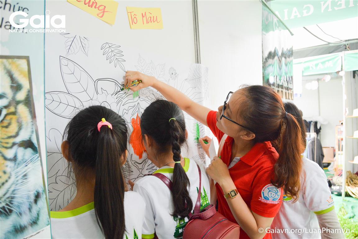 Người dân và trẻ em tham gia tô màu tranh Hổ và cam kết không buôn bán và tiêu thụ động vật hoang dã trái phép.