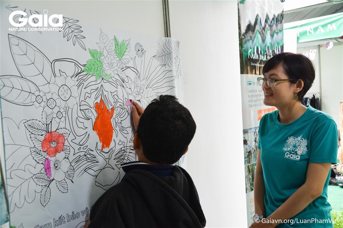 Trẻ em thích thú với việc tô màu tranh Hổ.