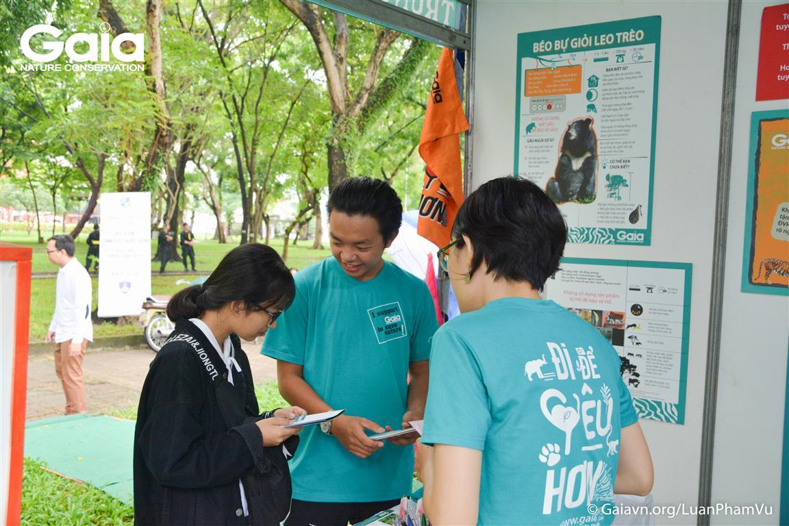 Bạn trẻ tìm hiểu thông tin về động vật hoang dã quý hiếm.