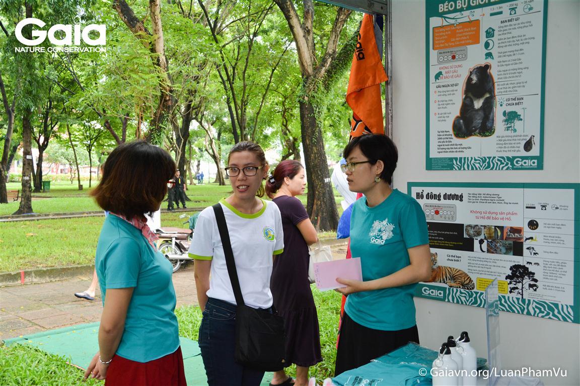 Khách tham quan trao đổi thông tin về Trung tâm Bảo tồn thiên nhiên Gaia.