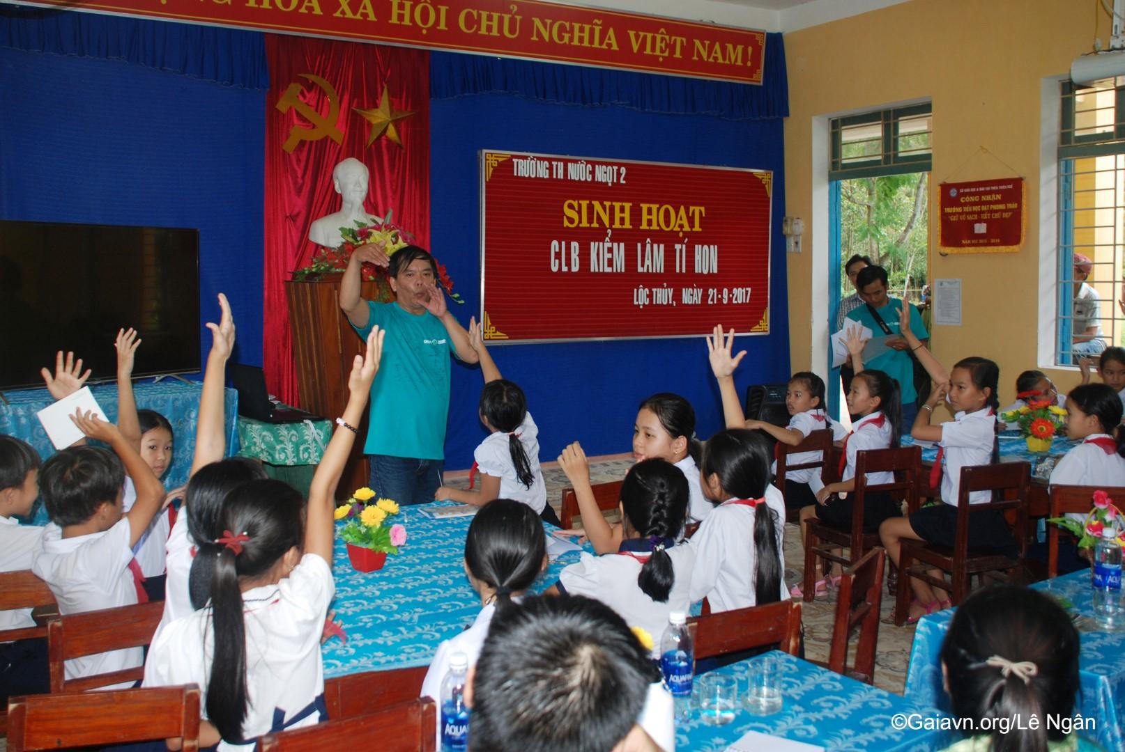 Các bạn học sinh trong câu lạc bộ hăng hái tham gia trò chơi