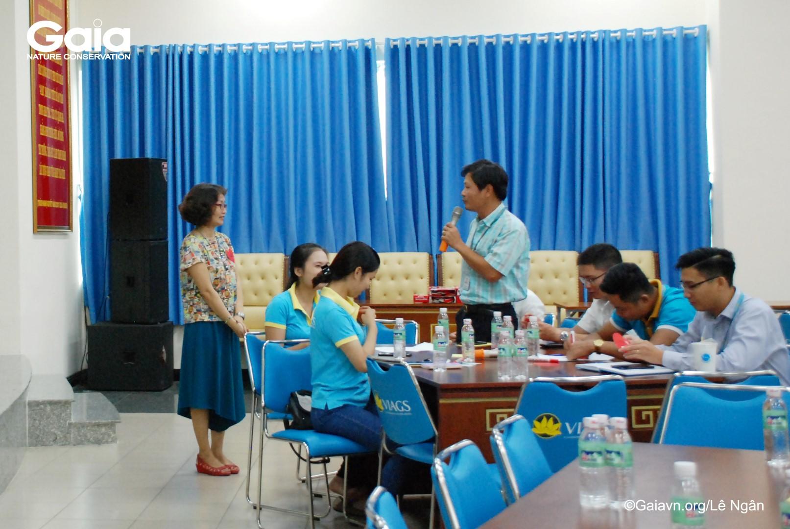 Học viên hăng hái thảo luận về bảo vệ môi trường