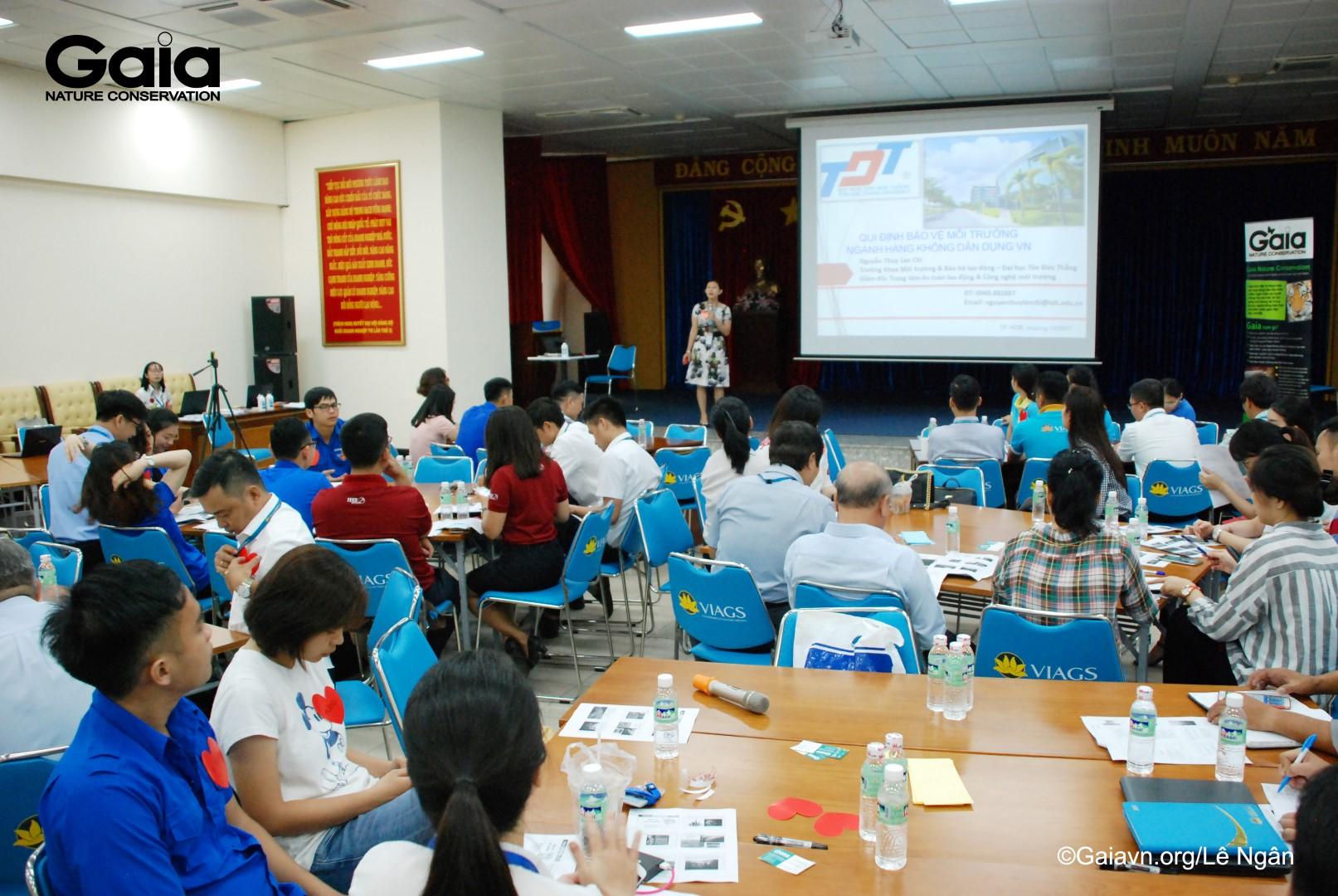 Bà Nguyễn Thúy Lan Chi – Trưởng khoa Môi trường và Bảo hộ lao động Trường Đại học Tôn Đức Thắng phổ biến pháp luật môi trường.