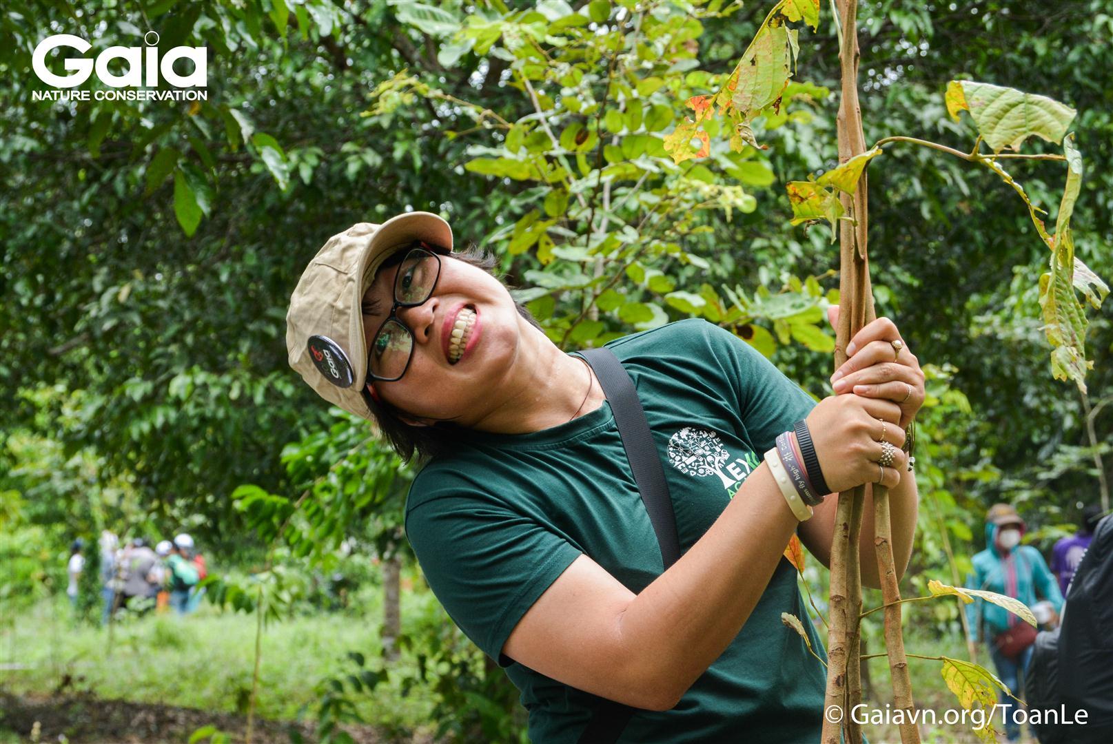 Tạo dáng với cây giống khi trồng rừng