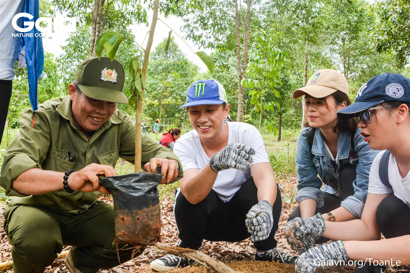 Cán bộ Khu Dự trữ Sinh quyển Thế giới Đồng Nai hướng dẫn trồng rừng