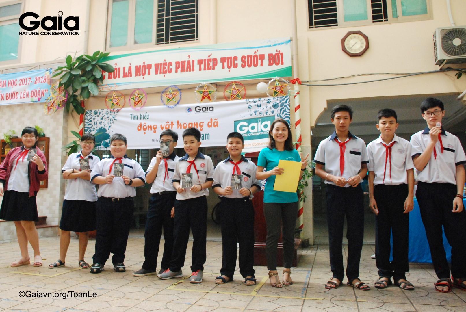 Tặng quà học sinh tham gia trò chơi