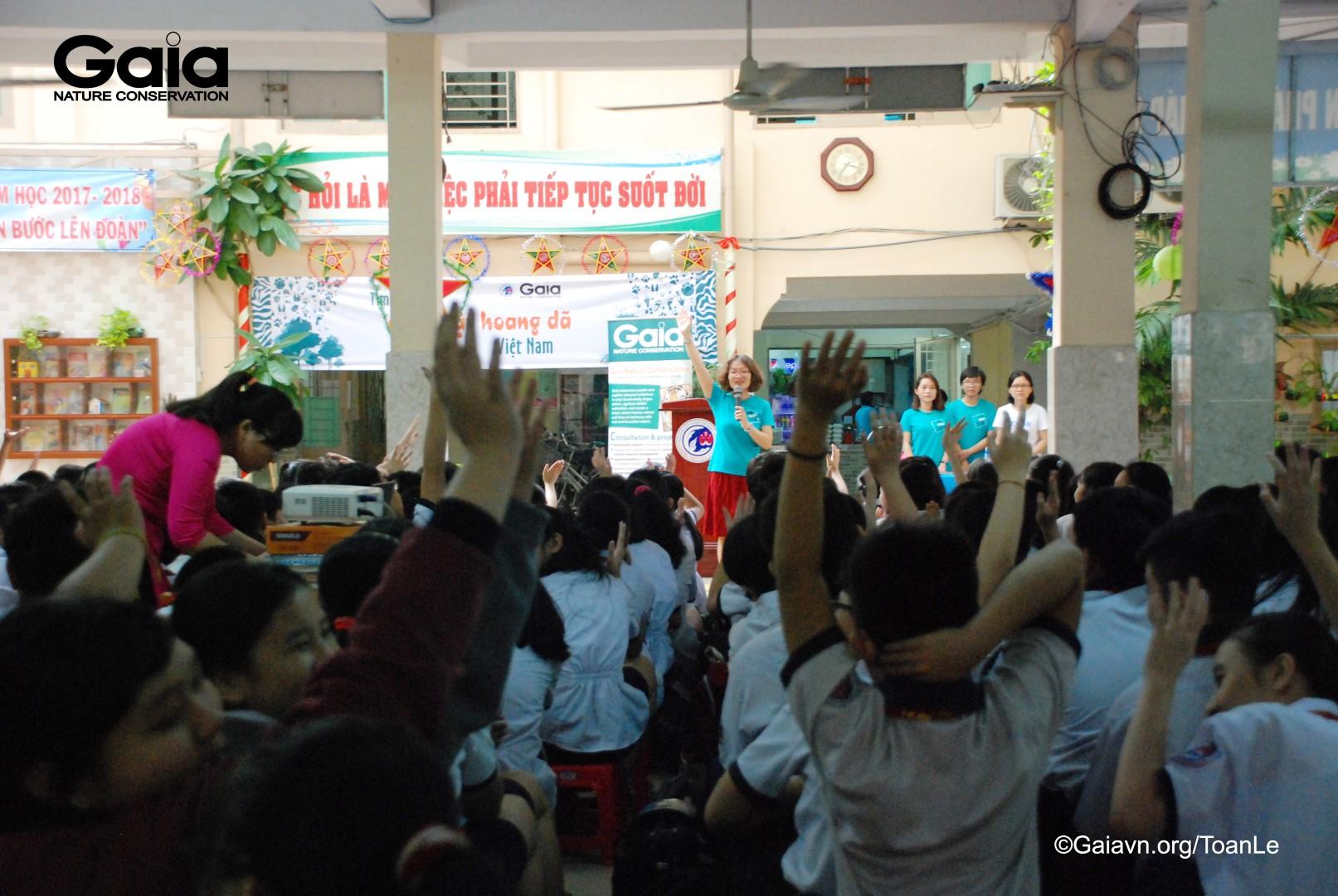 Bà Thanh Huyền giao lưu với các em học sinh