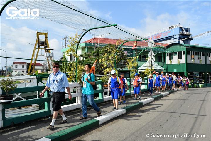 Học sinh và giáo viên qua phà Bình Khánh.