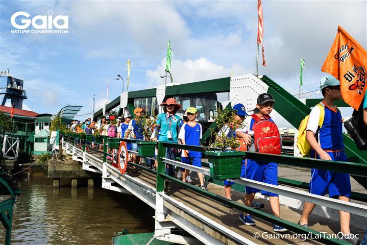 Quan sát tác động của con người với nguồn nước tại Phà Bình Khánh.