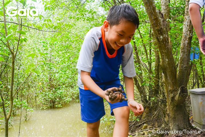 Học sinh lấy đất làm mô hình tìm hiểu về nước.