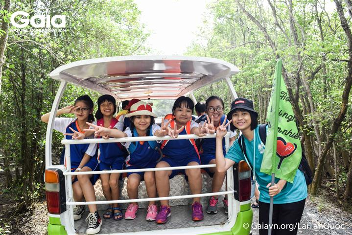 Các em học sinh hào hứng lên xe điện chuẩn bị vào rừng.