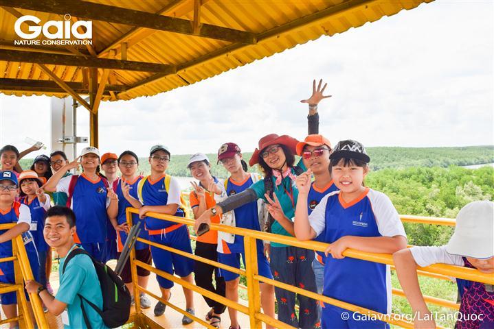 Thích thú quan sát rừng Đước xanh đầu mùa mưa từ Tháp Tang Bồng.