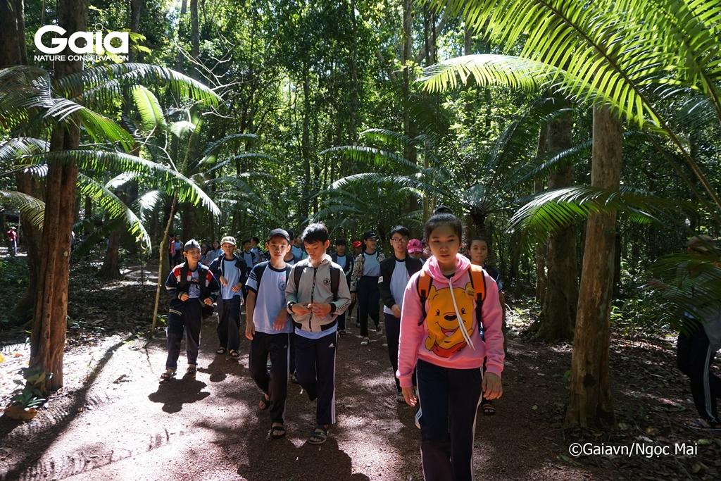 Học sinh trải nghiệm băng rừng rậm tự nhiên