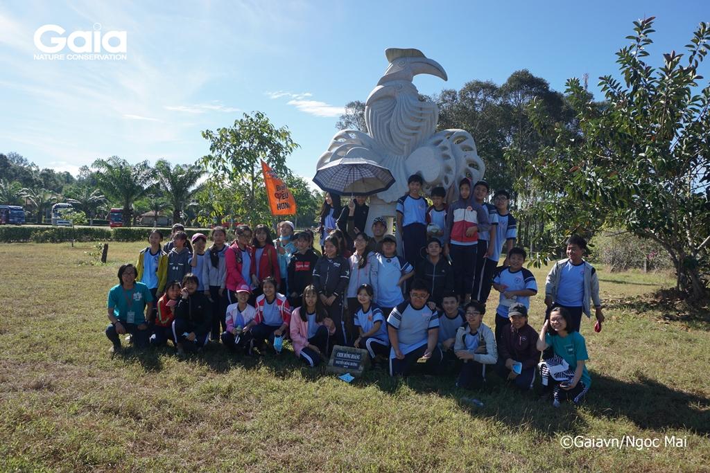 Chụp ảnh lưu niệm cùng tượng chim Hồng hoàng quý hiếm tại Khu du lịch Hồ Bà Hào